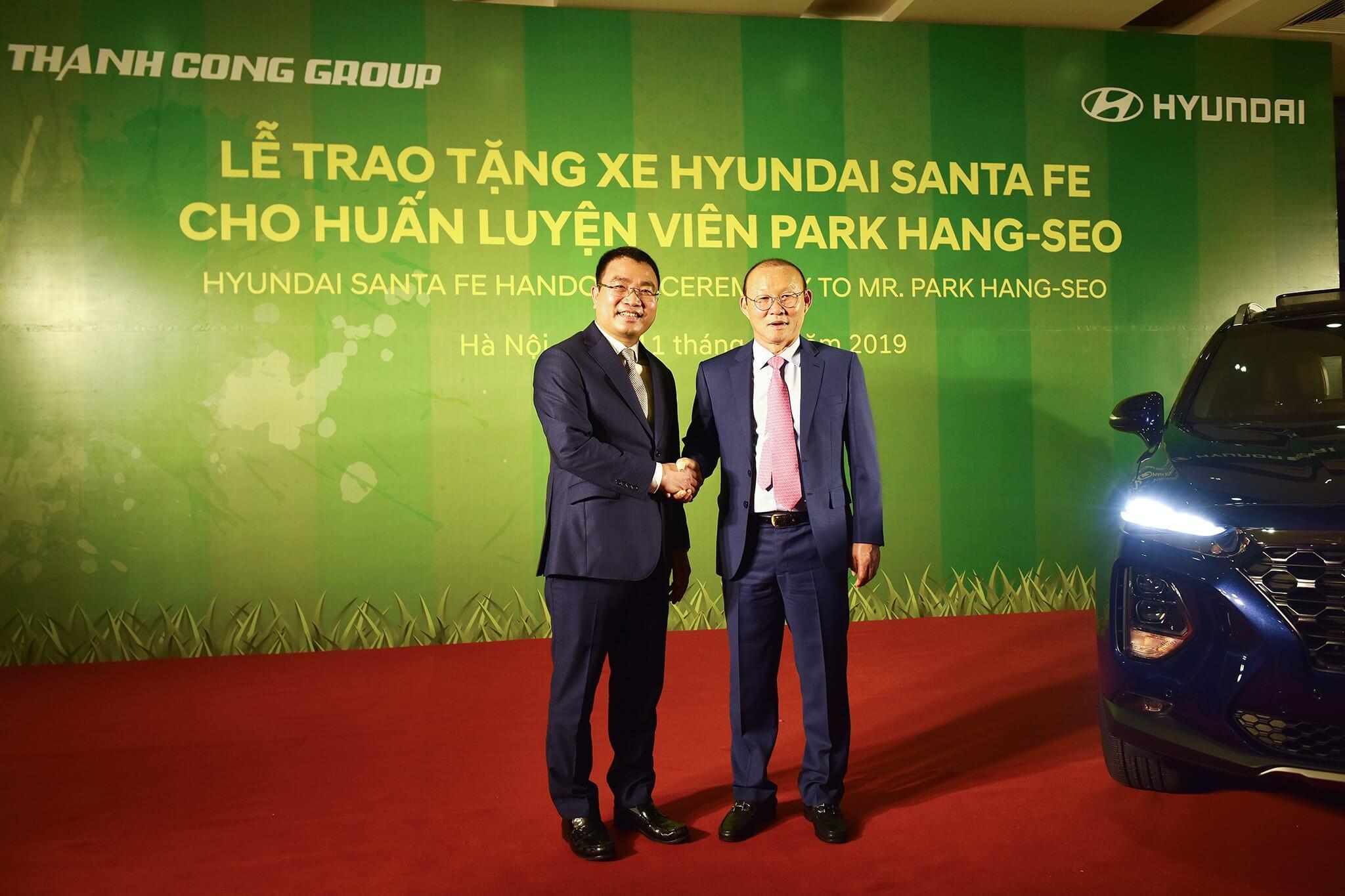 Ông Lê Ngọc Đức, Tổng giám đốc tập đoàn Thành Công chúc mừng HLV Park Hang Seo