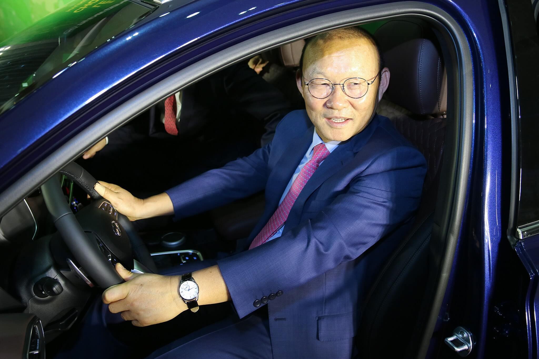 HLV Park Hang Seo trải nghiệm phần quà là chiếc Hyundai SantaFe thế hệ mới phiên bản cao cấp.